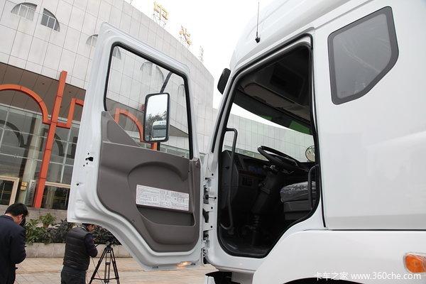 东风柳汽 霸龙重卡 245马力 6X2 排半厢式载货车(LZ5250XXYM5CA)驾驶室图