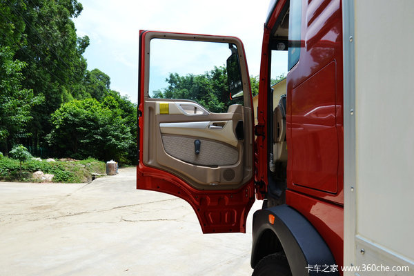 中国重汽 HOWO T5G重卡 240马力 6X2 厢式载货车(ZZ1257K56CGD1)驾驶室图