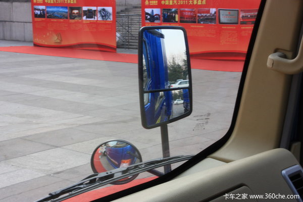 中国重汽 HOWO中卡 140马力 4X2 厢式载货车(ZZ5167CPYG4715C1)驾驶室图